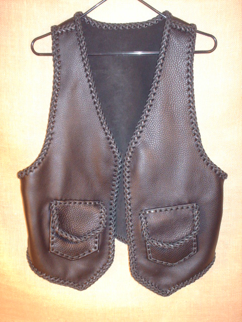 This braided moccasin cowhide leather vest has two front patch hip pockets with flaps ...which most always means that it also has two more matcing pockets on the inside using the same braiding to attach it - that's four pockets in total.