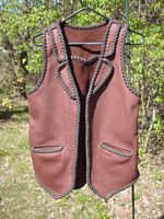 This two tone leather vest has what I've come to call split front lapels. It also has a back pointed yoke, split hip pockets, and a back/bottom draft flap. Clicking on the link will bring you to more closer up pictures of these features.